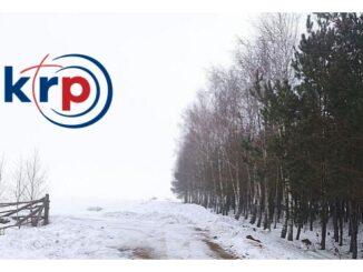 Grafika przedstawia zimą gruntową drogę w lesie w lewym górnym rogu logotyp Katolickiego Radia Podlasie